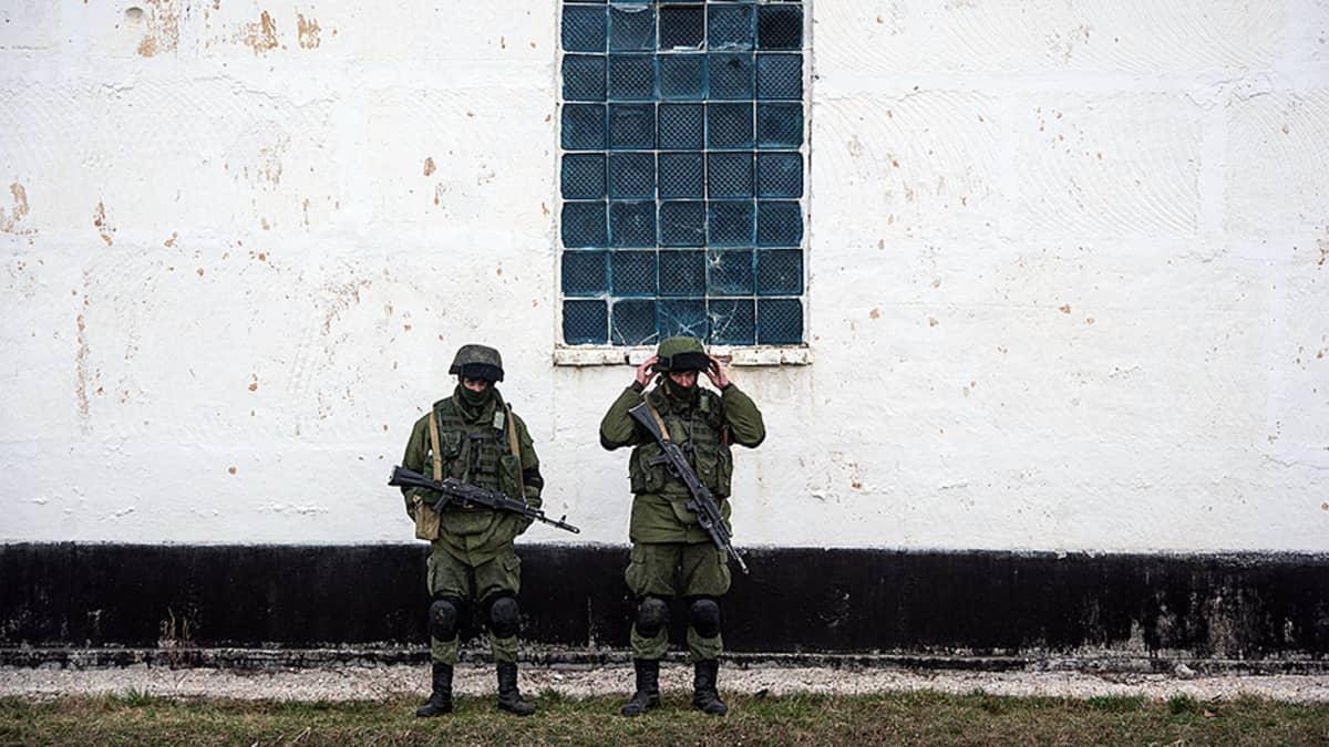 Kaksi sotilasta.