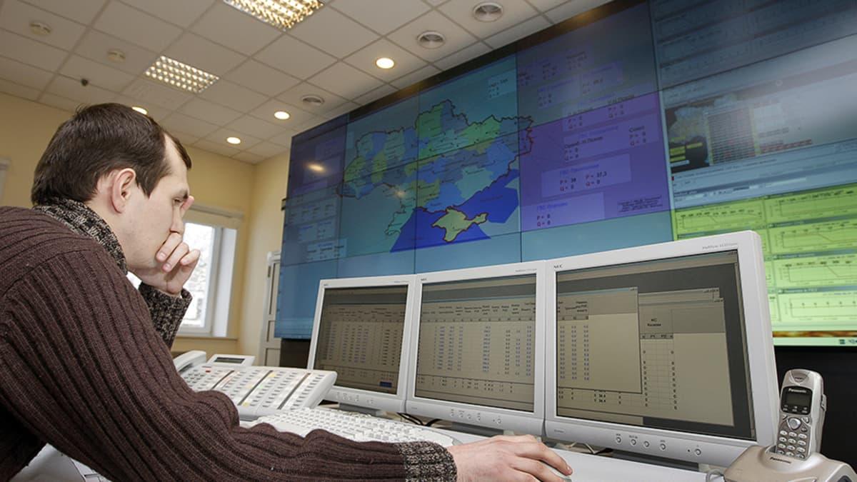 Työntekijä Ukrainan kaasunsiirtoyhtiön Ukrtransgazin valvomossa.