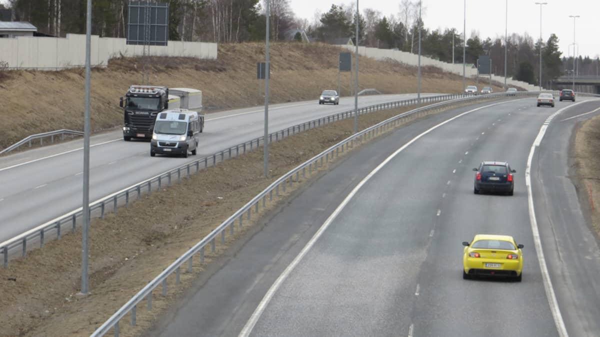 Autoja Kemi-Tornio -moottoritiellä.