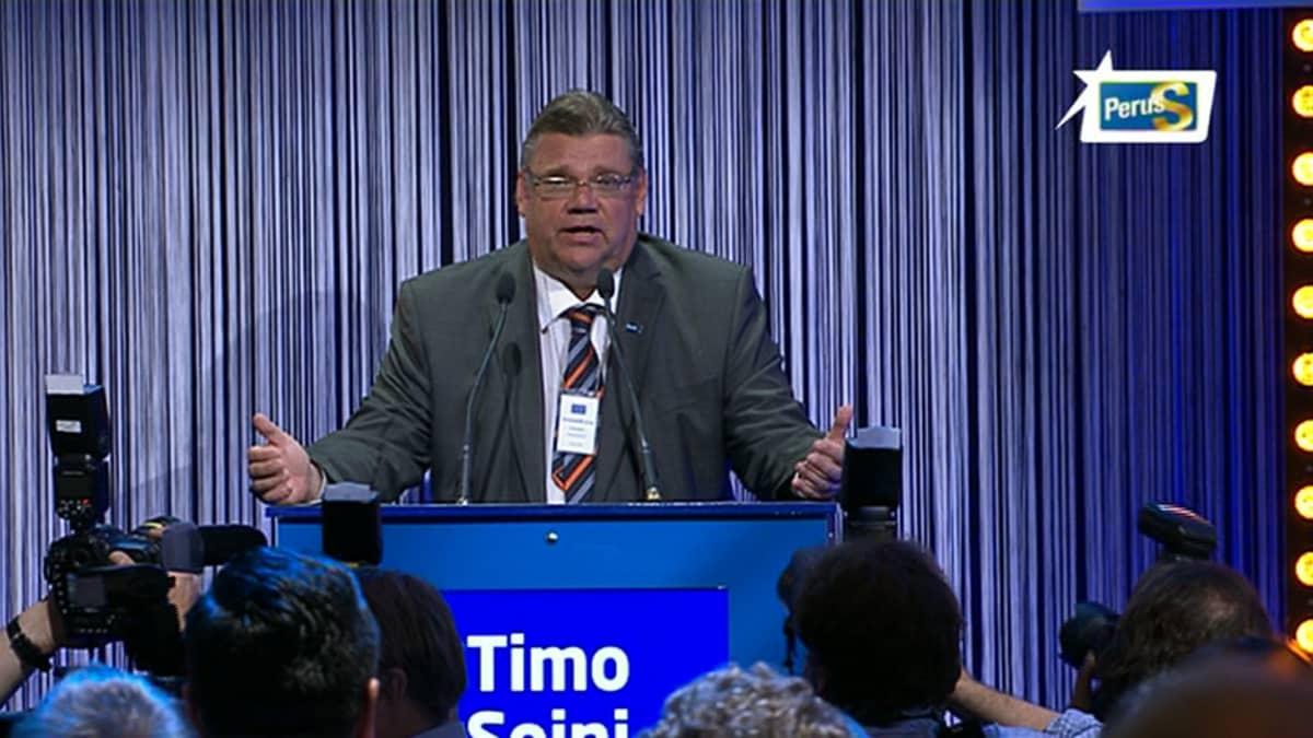 Timo Soini puhumassa puolueensa vaalivalvojaisissa Helsingissä.