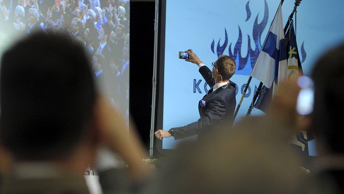 Kokoomuksen puheenjohtajaksi lauantaina valittu Alexander Stubb ottaa itsestään ja puoluekokousväestä selfien Lahden Sibeliustalossa.