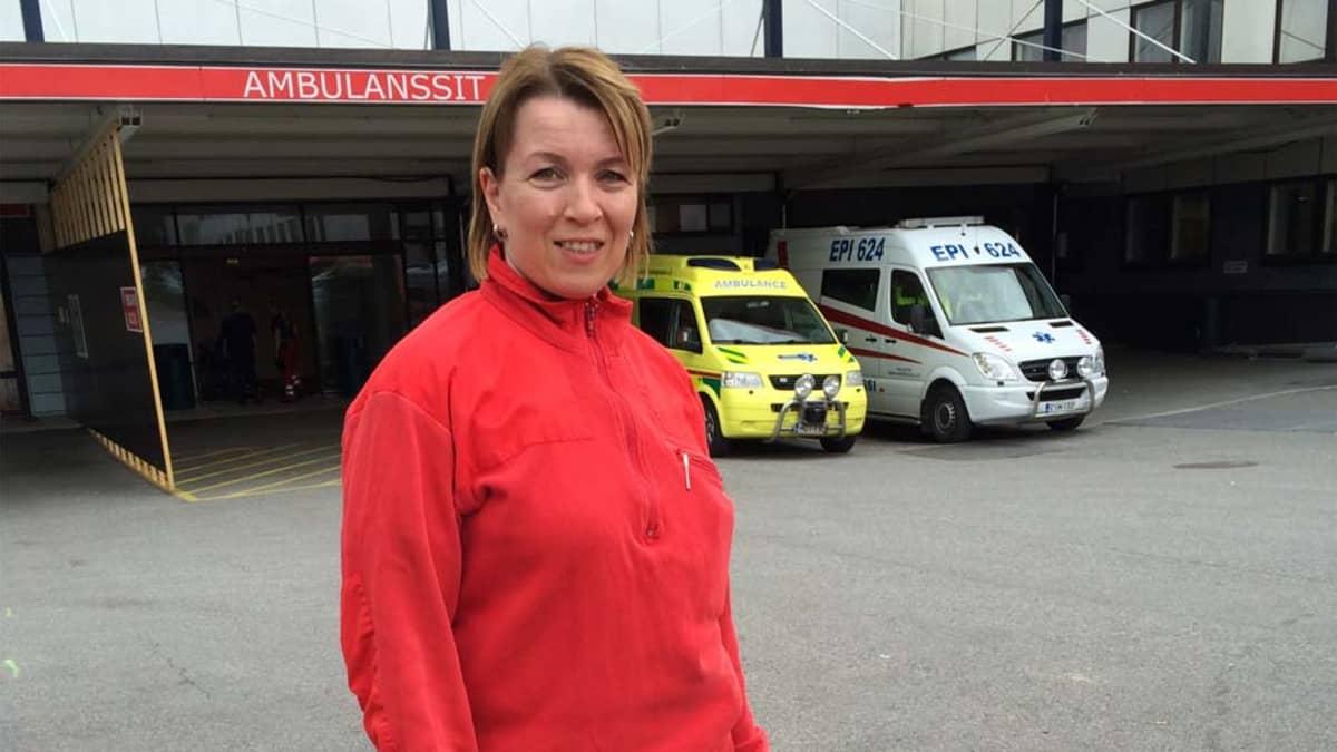 ensihoitaja Sanna Kauppinen ja ambulanssit