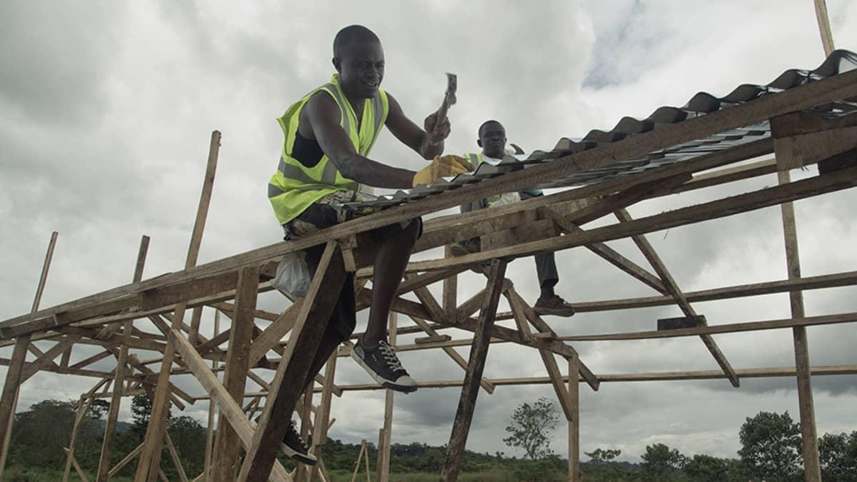 Mies rakentaa ebola-klinikkaa