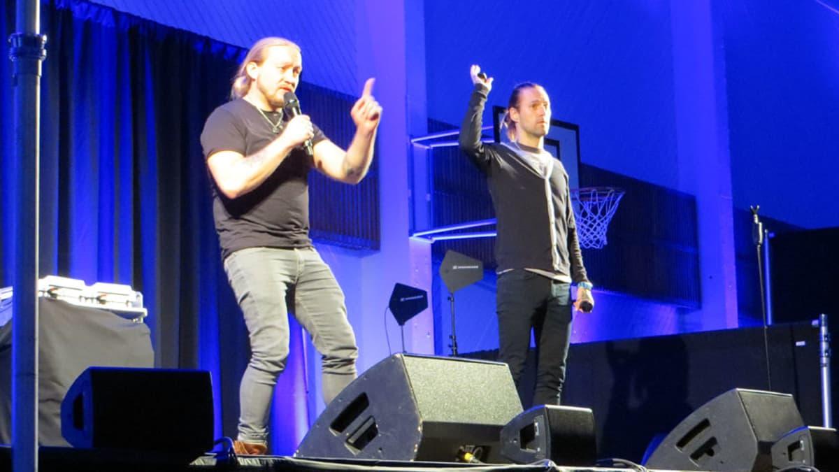 Duudsonien Jarppi ja HP luentoa pitämässä lavalla