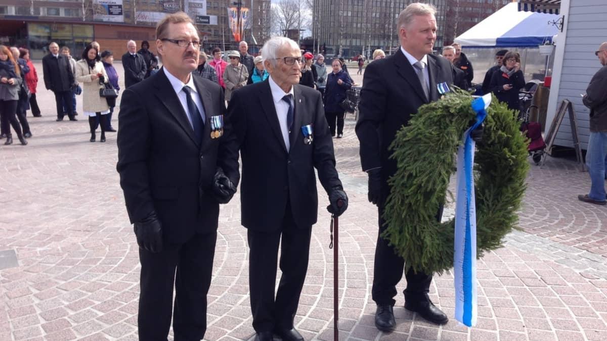 Suur-Savon reserviläispiirin puheenjohtaja Raimo Mikkonen, veteraani Hannes Hynönen ja Mikkelin reserviläisten puheenjohtaja Harri Kaipainen.