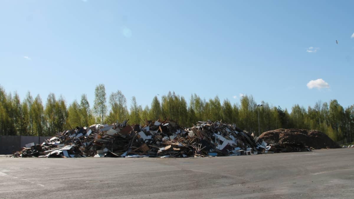 Lajiteltua puujätettä Kukkuroinmäen jätekeskuksessa.