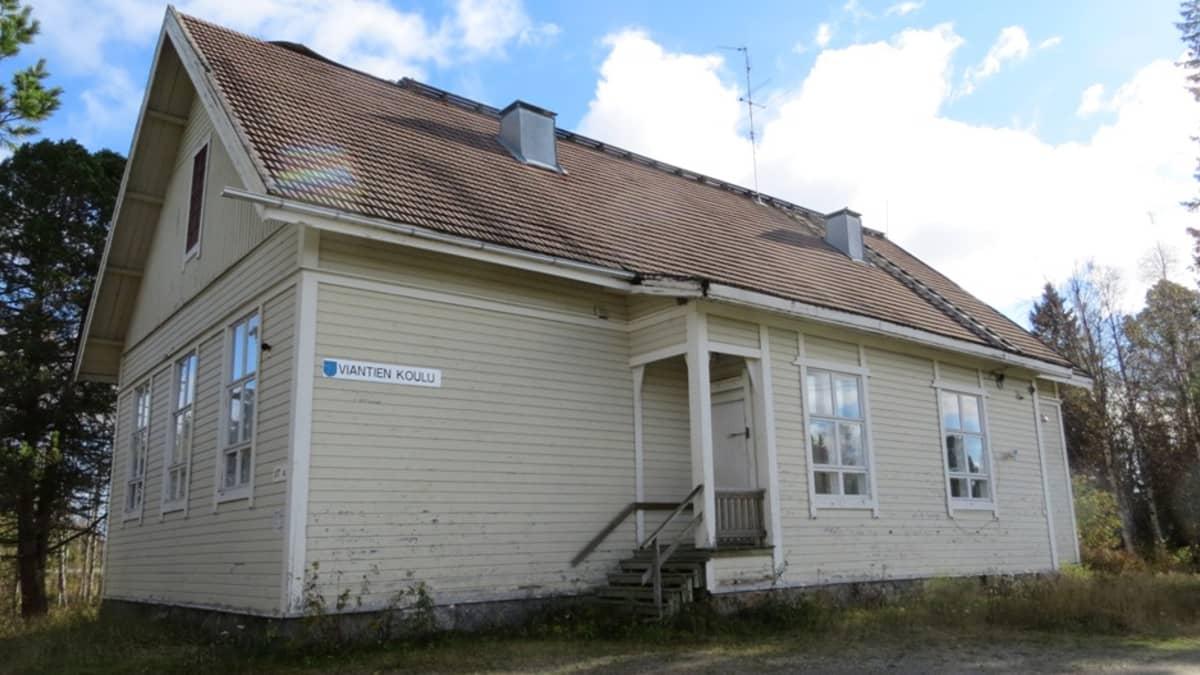 Viantien koulu Simossa on myytävänä.