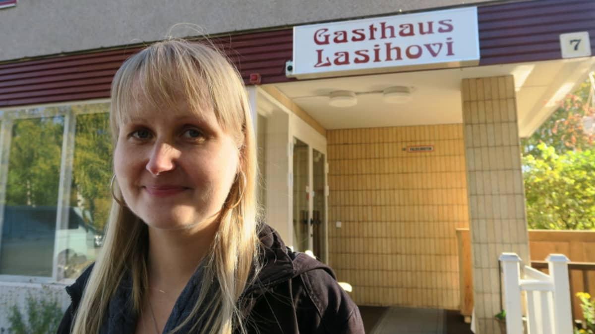 SPR:n Hämeen piirin vastaanottokeskusten yhteinen johtaja Minna Jussila Iittalan majoitusyksikön edustalla