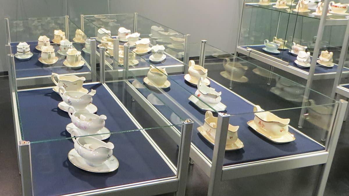 Arabia-näyttelyn kastikeastioita.