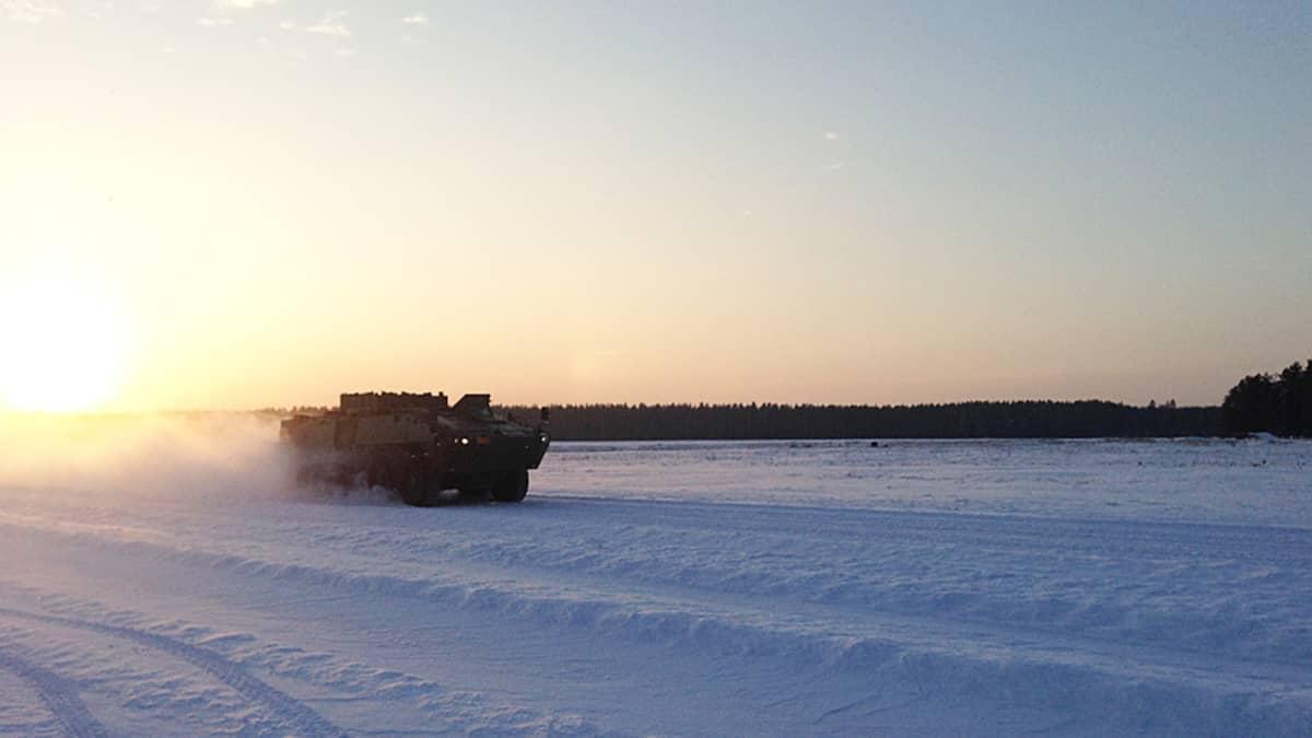 Räyskälän liukkaan kelin ajoharjoitteluradalla ensimmäisenä harjoittelemassa ovat panssariajoneuvot