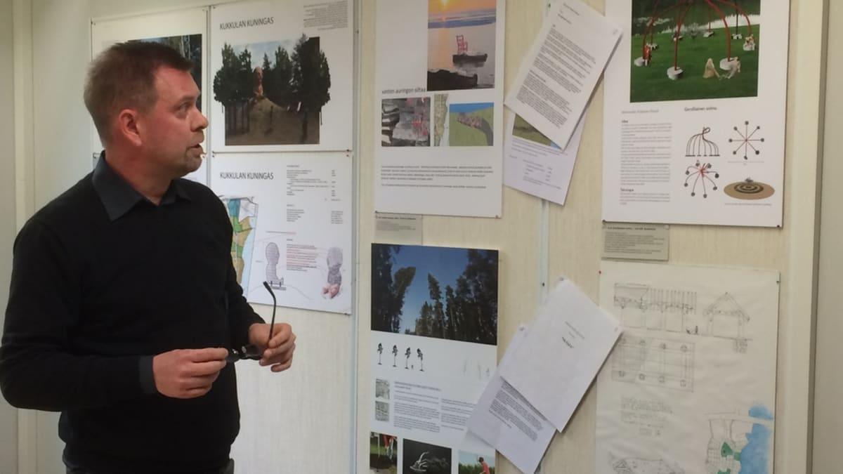 Palkintolautakuntaan kuulunut kuvataiteilija Kalle Hamm esittelee voittoteoksia.