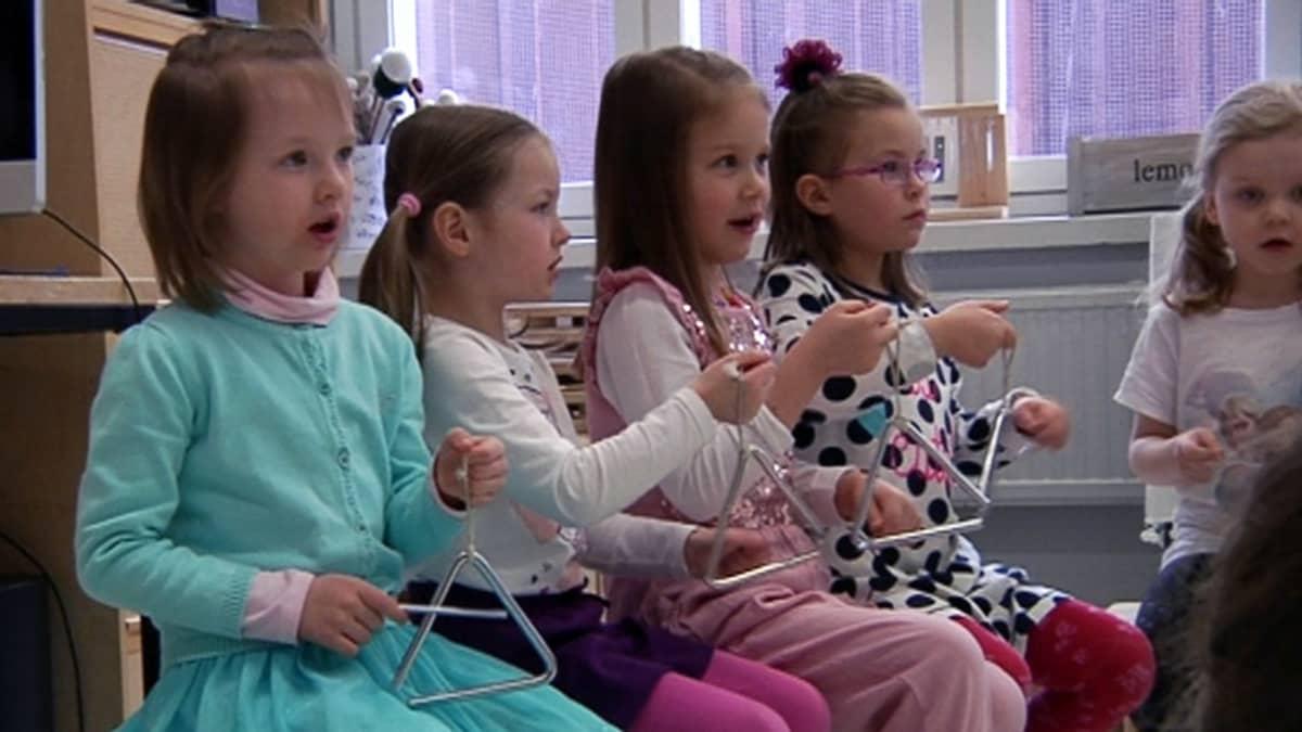 Viisivuotiaat soittavat triagelia musiikkileikkikoulussa
