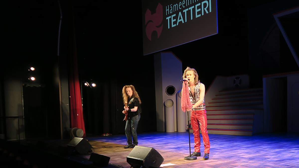 Finnhits-näytelmä Hämeenlinnan teatterissa, kaksi miestä lavalla