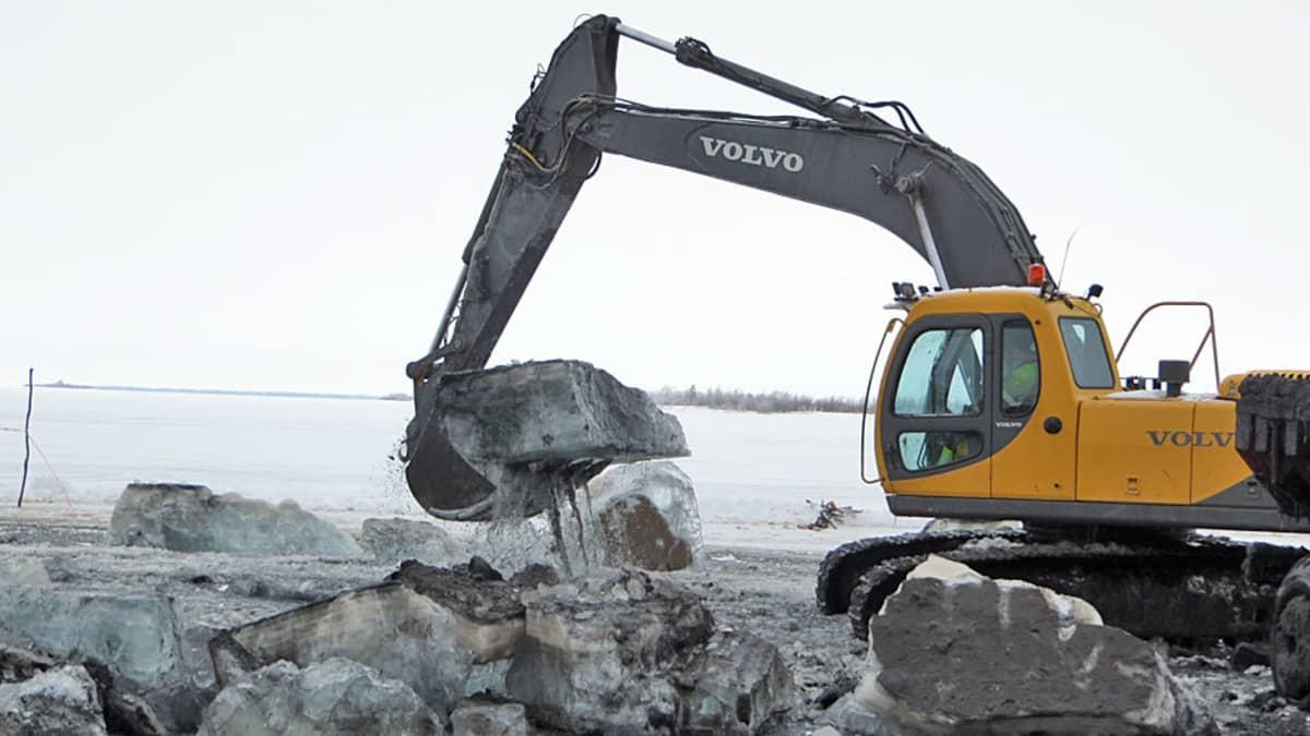 Venereitin ruoppaus jäältä Kaakamossa
