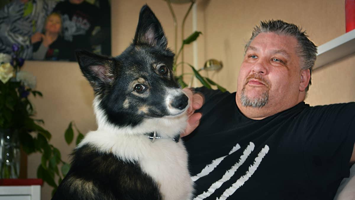 Eetu Kinnunen ja Lola-koira.