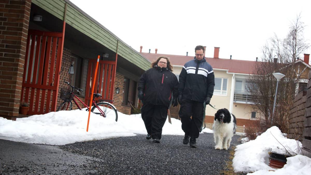 Päivi ja Hannu Kellokangas ja Topi-koira.