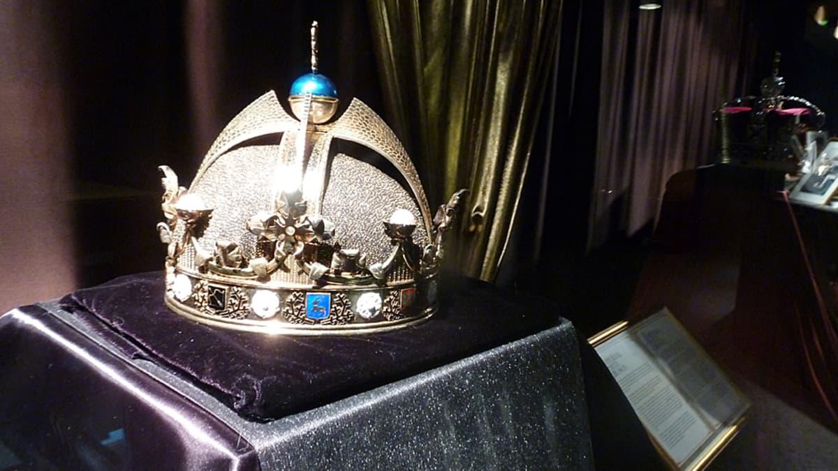 Kopio Suomen kuninkaan kruunusta.
