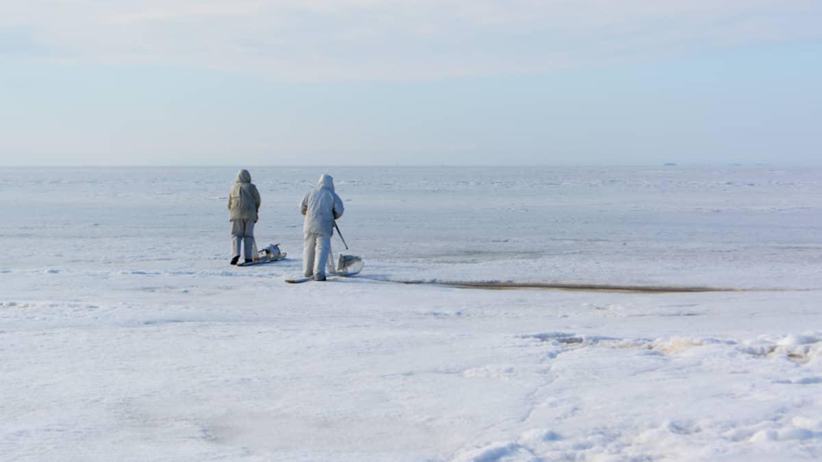 Hylkeenpyytäjät liikkuvat jäällä ajopuulla.