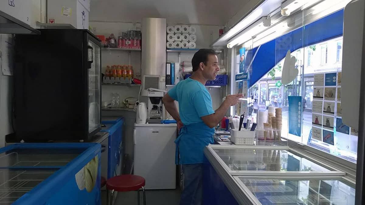 Mies jäätelökioskin myyjänä