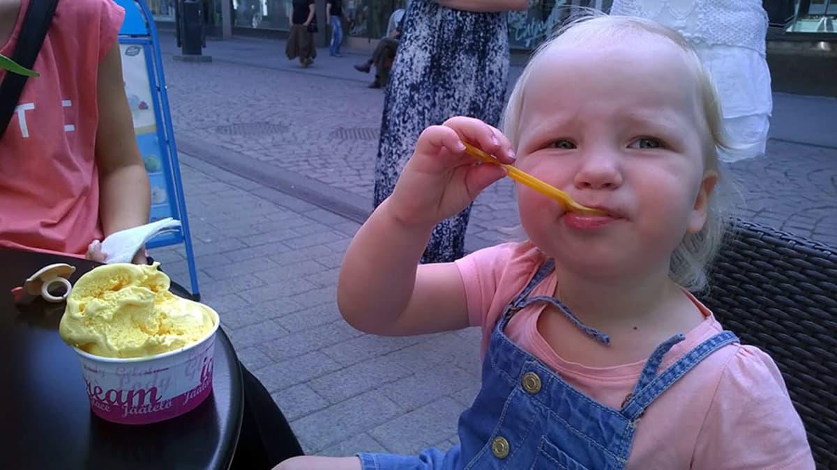 Lapsi syö jäätelöä lusikalla