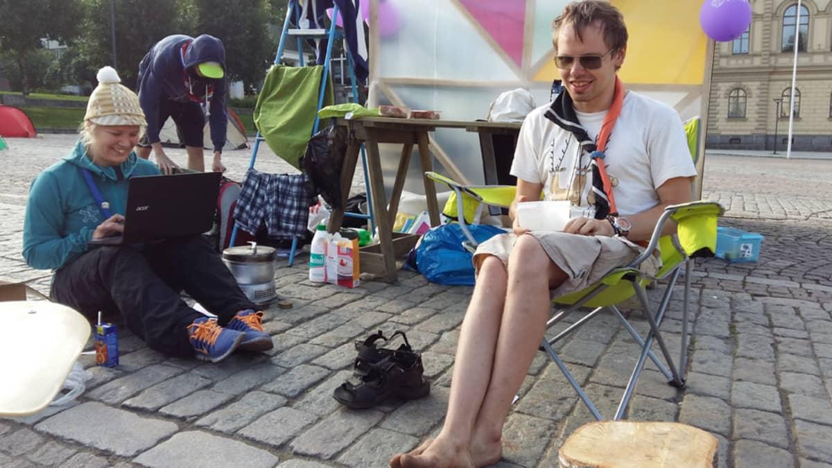 Essi Laukkanen ja Jonas Aho aloittelevat leiripäivää torilla. Takaa pilkistää Hämenlinnan Raatihuone.