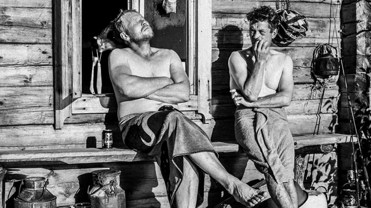 Miehet saunan edustalla.