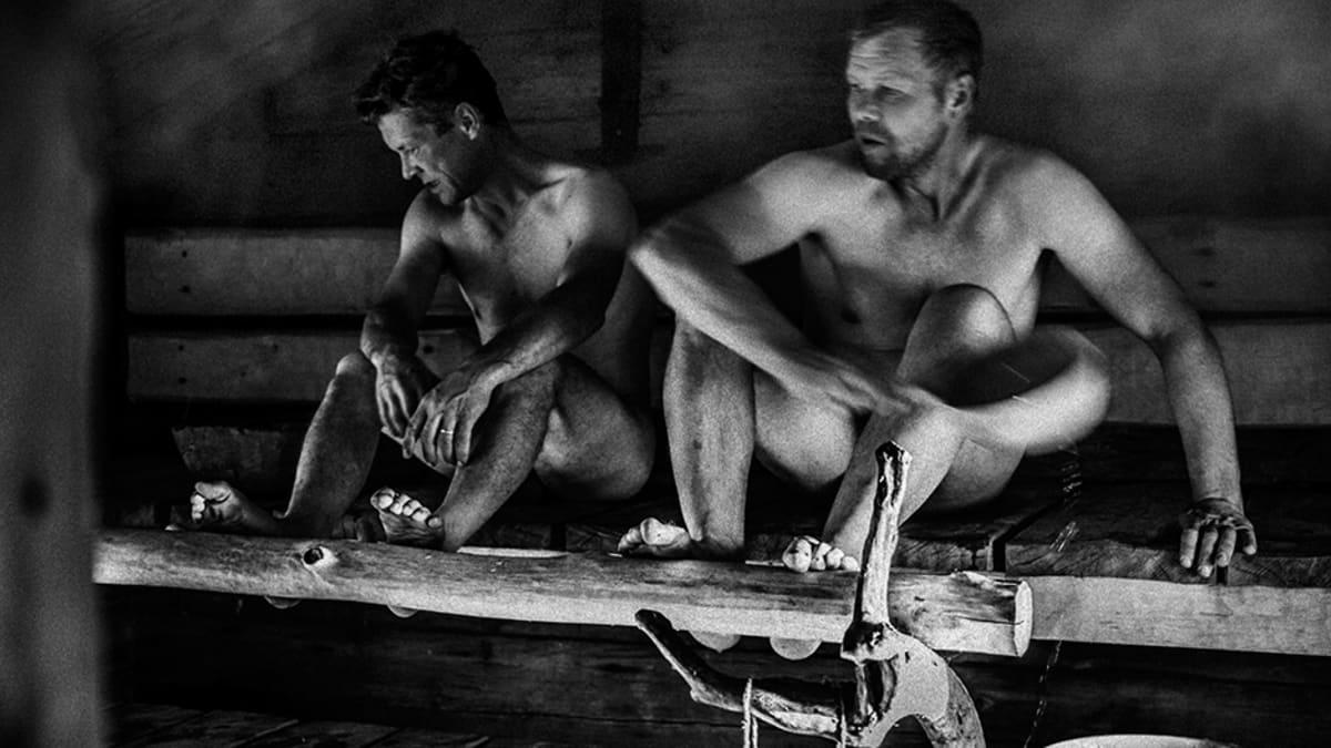 Miehet saunassa.