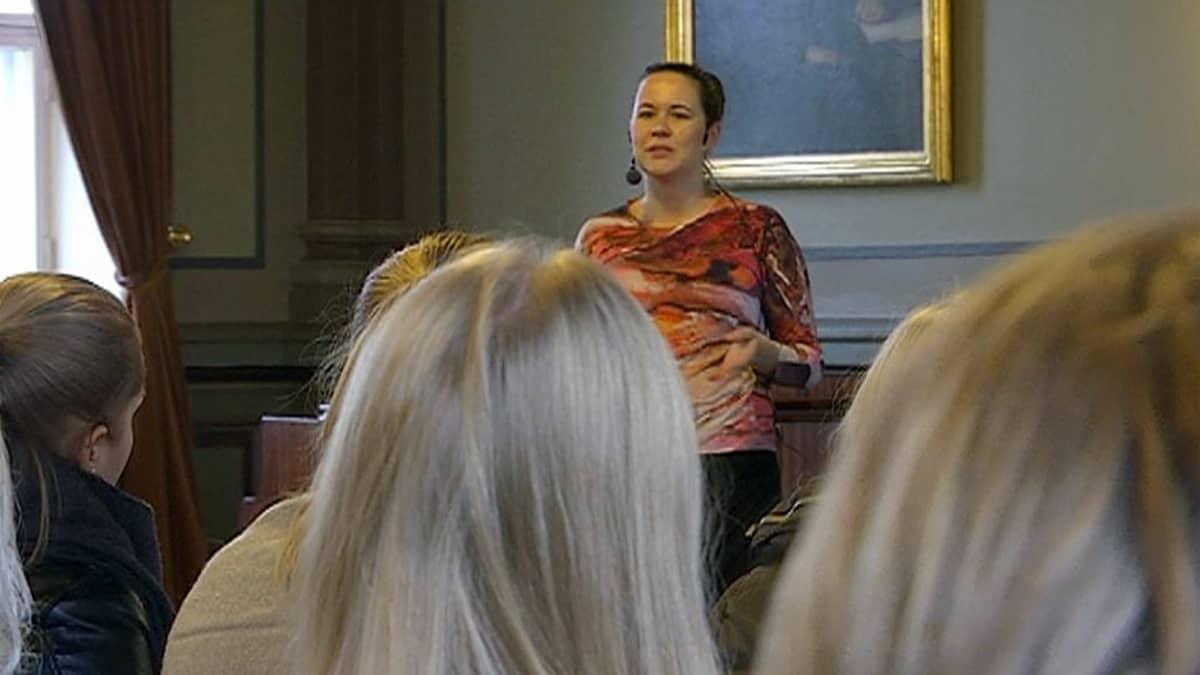 Maija Itkonen puhuu opiskelijoille