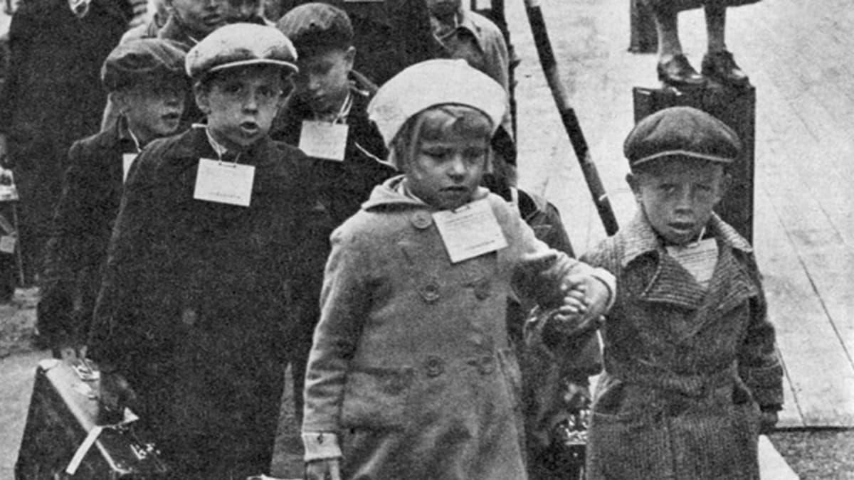 Arkistokuva, jossa sotalapset lähtevät jonossa Ruotsiin