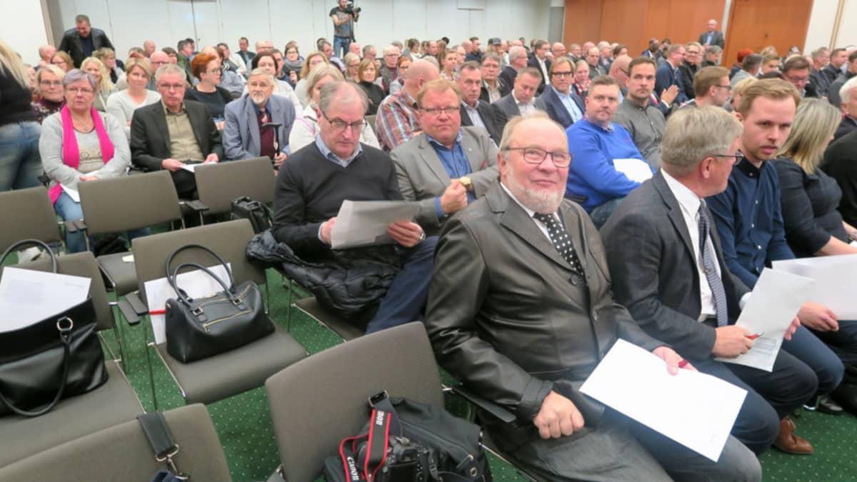 Vakuutusyhtiö Pohjantähden ylimääräisen yhtiökokouksen osallistujia Hämeenlinnan Aulangolla
