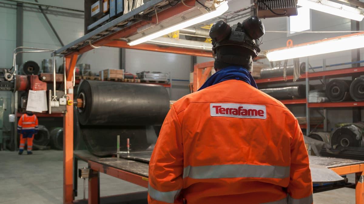Terrafamen työntekijöitä tehtaalla.