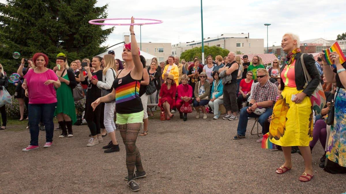 """Vannetanssija Noora Limnell eli """"Noora Deelia"""" Kainuu Pride -juhlassa."""