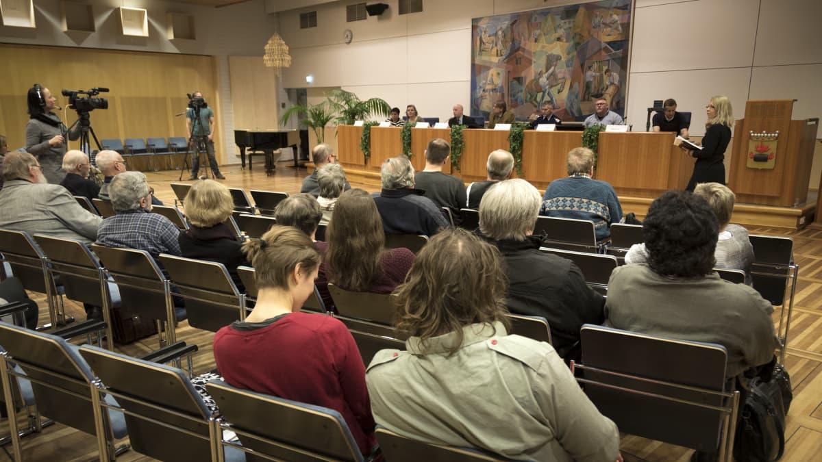Yle Kokkoaln ja Keskipohjanmaa-lehden yhteinen Keskustelua maahanmuutosta -tilaisuus Kokkolan kaupungintalolla.