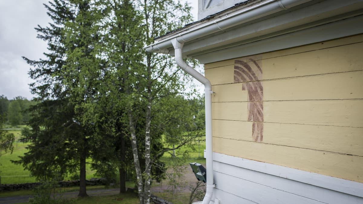 Esiin kaivettu pala koristemaalausta Ullavan kirkon tapulin seinässä.