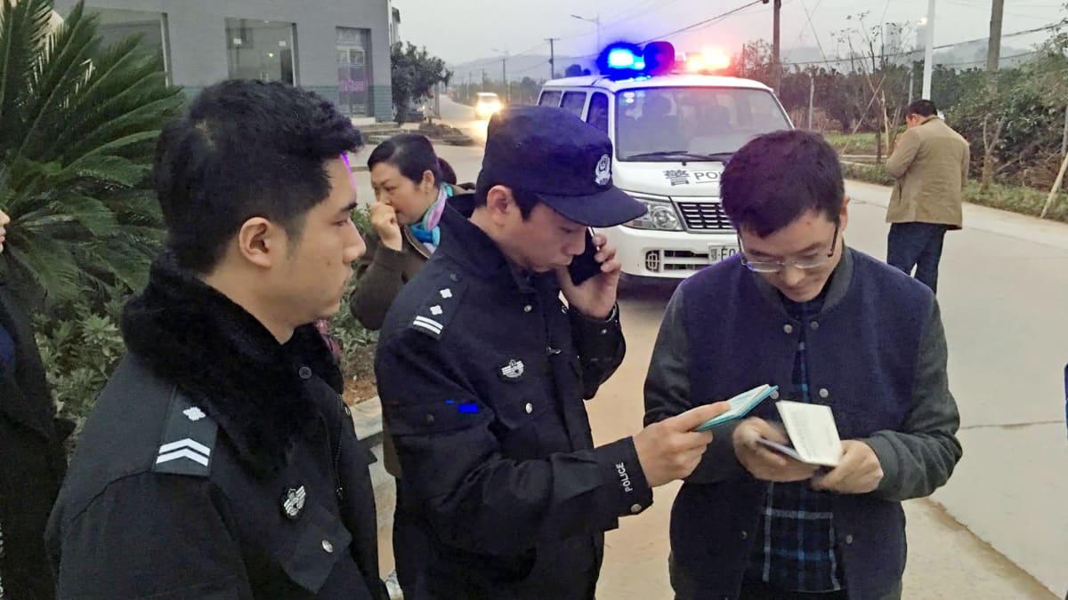 Kylän puoluesihteeri hälyytti poliisit tarkistamaan Ylen kuvausryhmän paperit.
