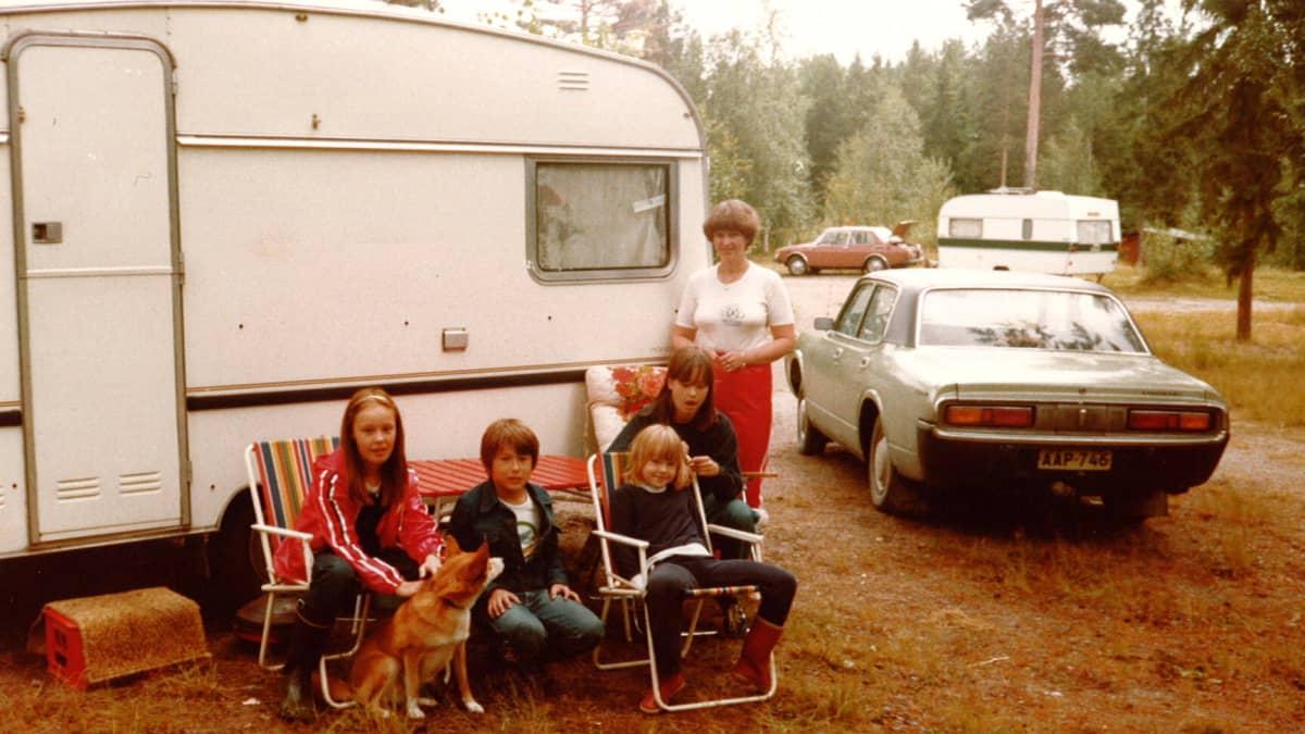 Korsijärvet kesällä 1980 ensimmäisen asuntovaununsa edustalla. Vasemmalla tytär Sari, keskellä toinen tytär Pia ja oikealla äiti Seija.