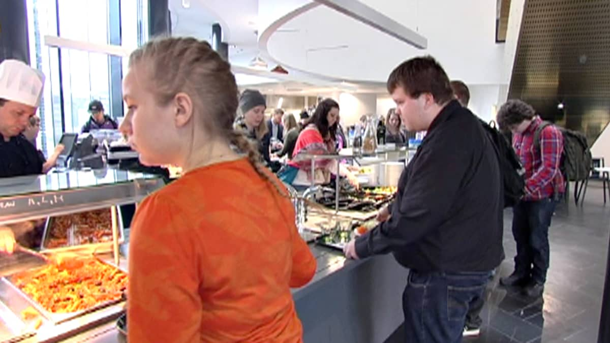 Diakonissa-ammattikorkeakoulun opiskelijoita ruokalassa.