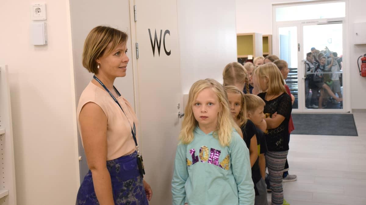 Rehtori Kati Hirvonen ja 3. luokkalaisia Nummen koululla.
