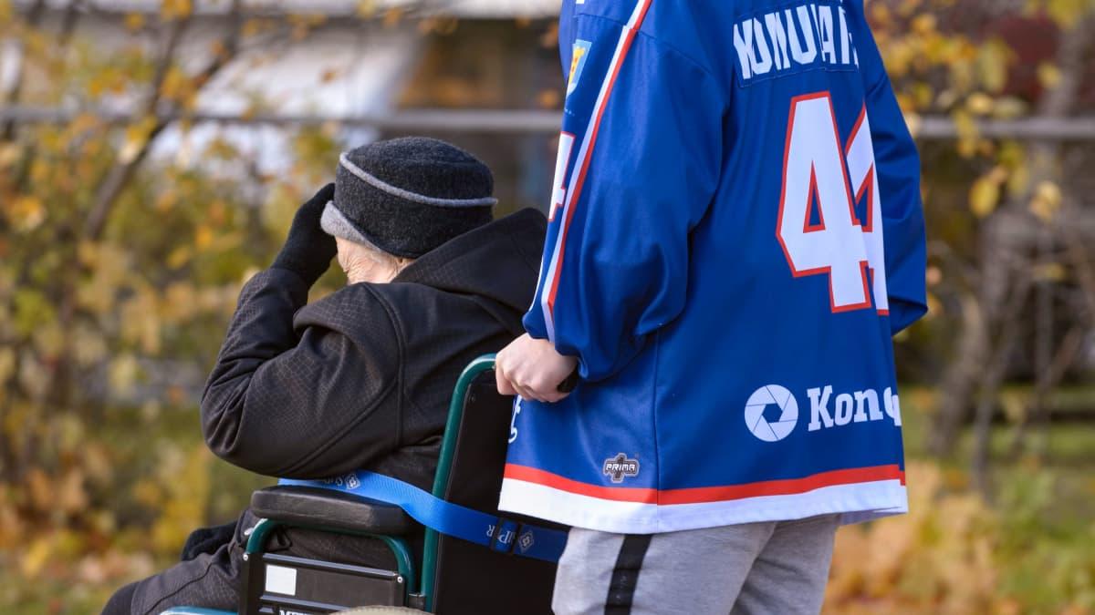 Vanhus pyörätuoli jääkiekkoilija ulkoilu yhdessäolo pyörätuoli