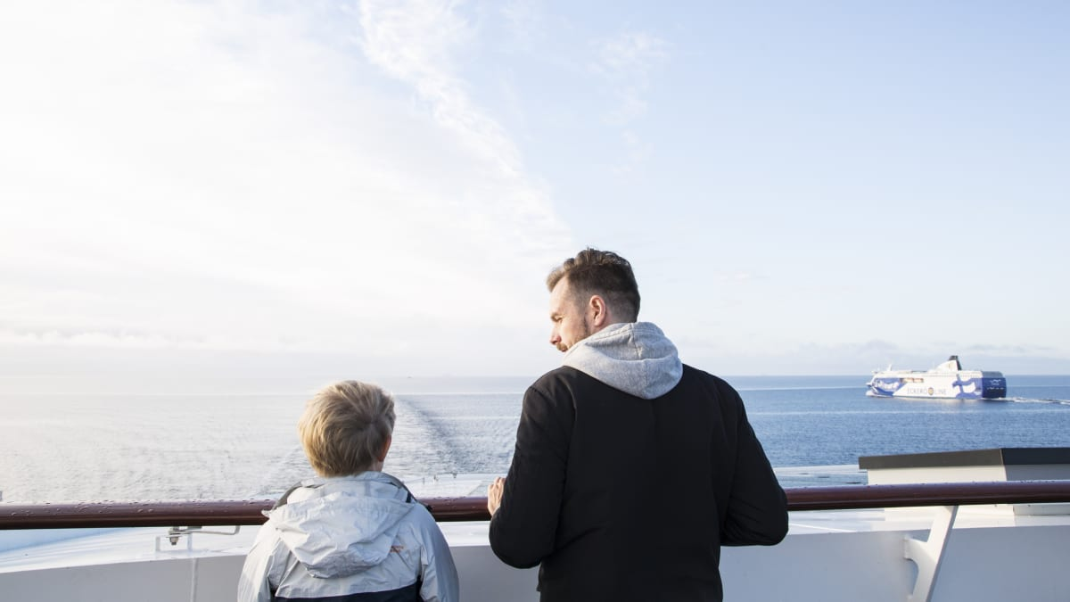 Mies ja poika katsovat merelle
