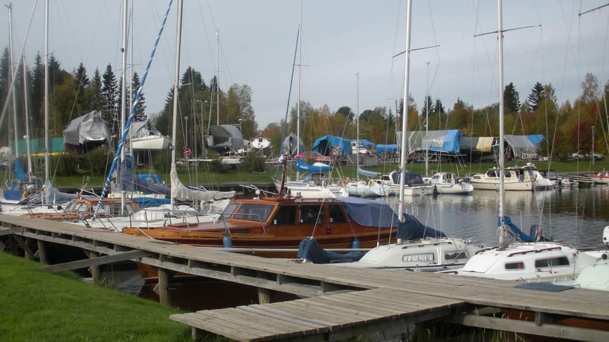 Oulun Työväen Pursiseuran venesatama Seelari Hietasaaren rannassa kaipaisi laajennustilaa.