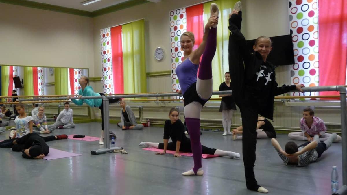 Baletin mestarikurssilla Mia Mustonen ja Ella Puurtinen.