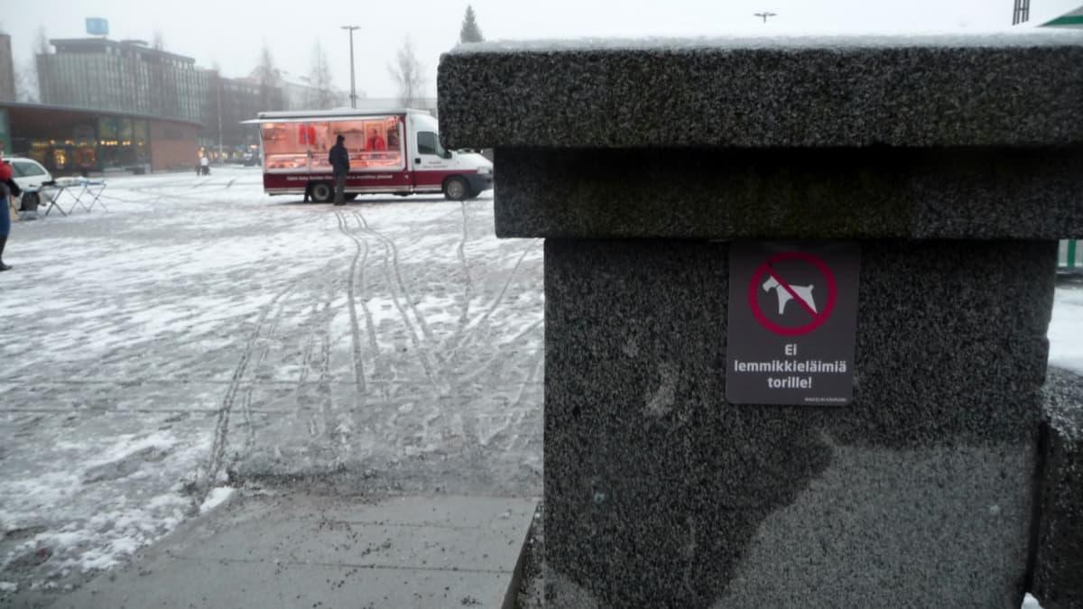 Lemmikkieläimet kieltävä kyltti Mikkelin torin laidalla.