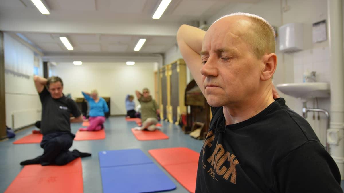 Janne Silas vetää joogatuntia.