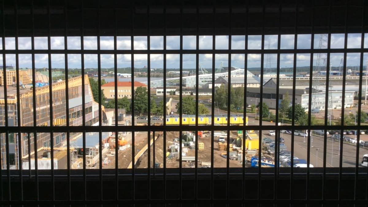 Näkymä vankien ulkoilualueelta Kotkan Kantasatamaan
