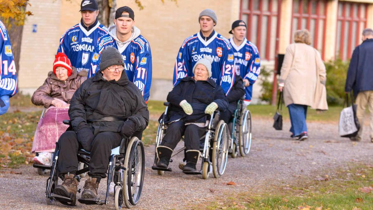 Kajaanin hokki jääkiekkoilijat vanhainkoti vanhukset pyörätuoli ulkoilu