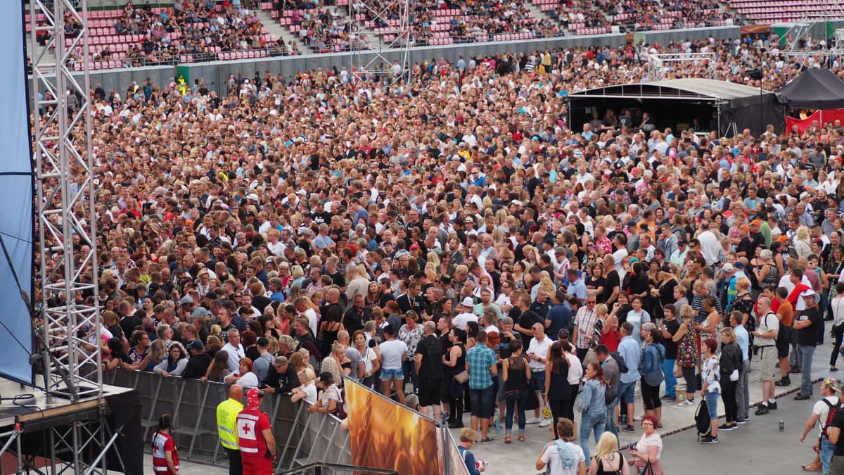 Yleisö odottaa Popedan keikan alkua Ratinassa.