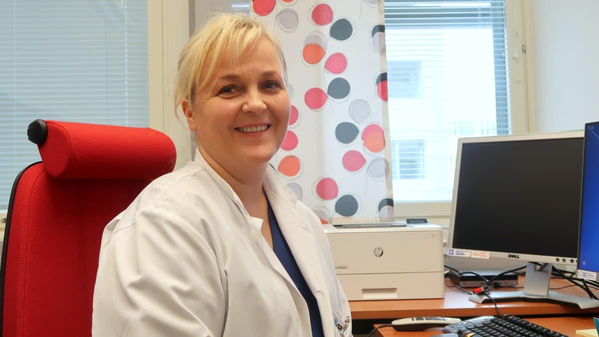 Osastonylilääkäri Katja Ahinko työhuoneessaan