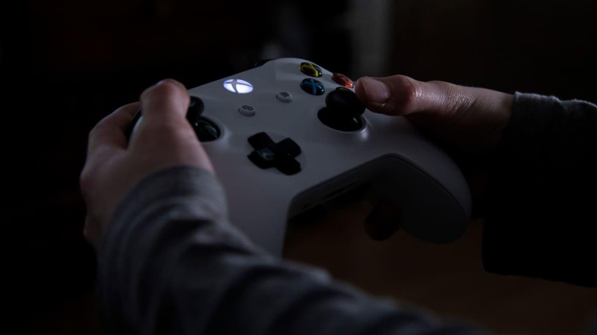 Xbox pelikonsolin ohjain lapsen kädessä