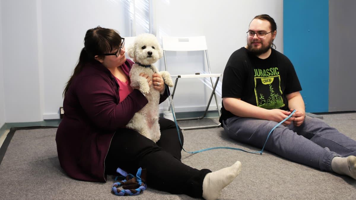 Saana Toikka ja Ossi Termonen koiransa Kodan kanssa koira kaverina-ryhmässä.